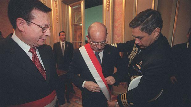 LIMA, 28 DE JULIO DE 2001CEREMONIA DE TRANSMISION DE MANDO. EL PRESIDENTE DE LA REPUBLICA, VALENTIN PANIAGUA, Y SUS MINISTROS SE COLOCAN POR ULTIMA VEZ SUS FAJINES EN PALACIO DE GOBIERNO. LUEGO ASISTEN A LA CATEDRAL PARA PARTICIPAR DE LA MISA Y TE DEUM.FOTO: NANCY CHAPPELL / EL COMERCIO