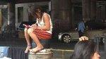 Niña sin hogar conmueve al mundo al hacer tareas en la calle - Noticias de james joyce