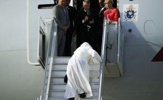 Papa Francisco casi se resbala en escaleras de avión [VIDEO]