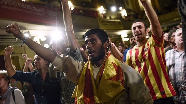 Miembros del CUP, un partido radical de izquierda contrario a las políticas de la Unión Europea (UE), celebró el buen desempeño electoral de los grupos independentistas. (Foto: AFP)