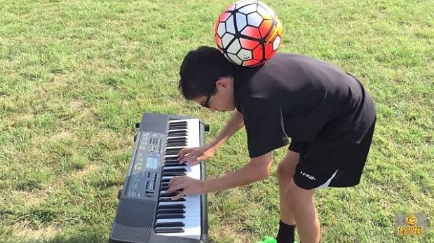 Niño domina el balón mientras toca música [VIDEO]