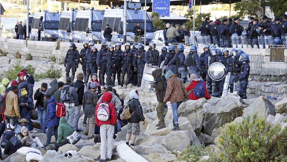 Policía italiana desmantela campamento de refugiados