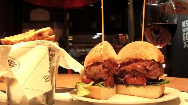 Las hamburguesas sond e 200 gramos y puedes ponerles hasta tres toppings, más una salsa.