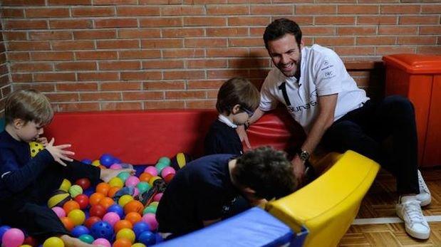 Juan Mata llevó alegría a niños con discapacidad intelectual