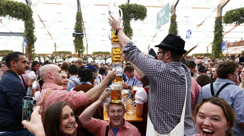 Los participantes del Oktoberfest de Múnich consumieron más de 7.7 millones de litros de cerveza. (Foto: Reuters)