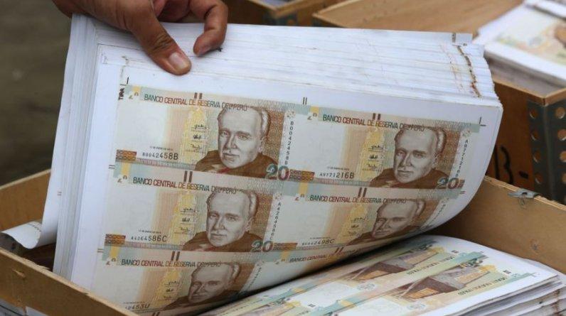 La policía desarticuló ayer una banda de falsificadores de billetes en Villa El Salvador, a la que le incautó unos S/.100 millones falsos de S/.20, S/.50, S/.100 y S/.200.(Andina)