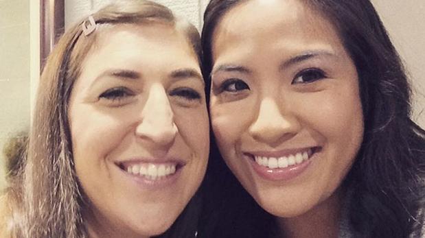 Melissa Tang junto a Mayim Bialik, actriz que interpreta a Amy, la hoy ex novia de Sheldon, en