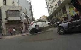 Ciclista captó impactante choque entre un Citroën y un Peugeot
