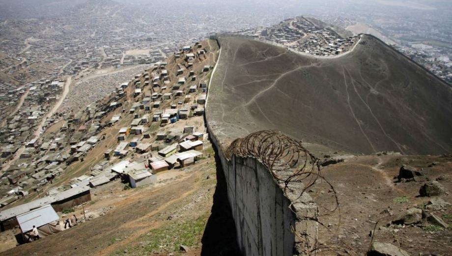 Este muro divide a San Juan de Miraflores de Las Casuarinas