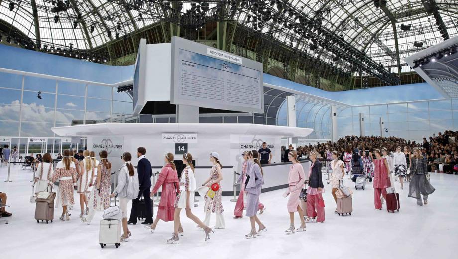 Chanel convierte la pasarela de París en un aeropuerto