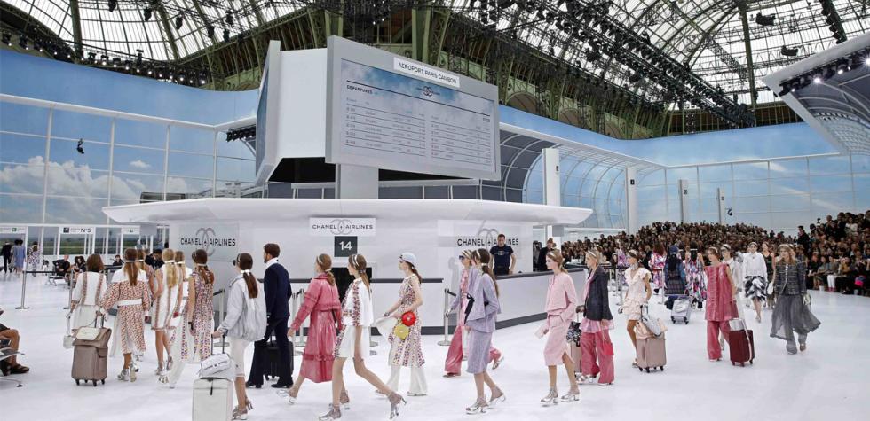 Chanel convierte la pasarela en un aeropuerto
