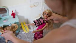 Recurre a las superheroínas ante bajas ventas de Barbie