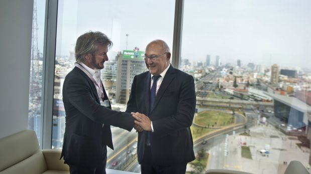 American actor Sean Penn (L) poses for a picture with French Finance Minister Michel Sapin(R) during the World Bank and International Monetary Fund (IMF) Annual Meetings in Lima on Oct. 8, 2015. AFP PHOTO/ERNESTO BENAVIDES