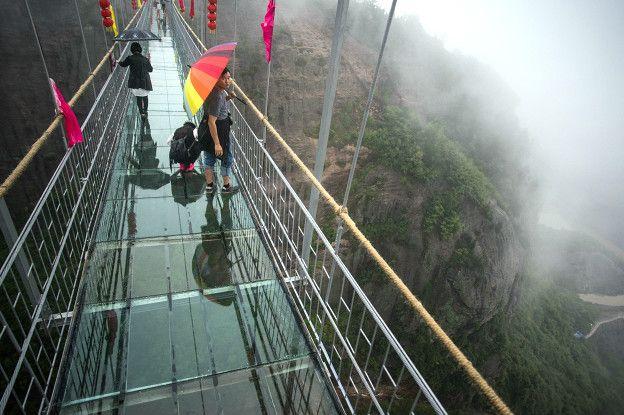 Algunos puentes están ubicados a 1.000 metros de altura, como este en la provincia de Hunan. (Foto: Getty Images)