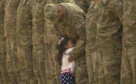Niña interrumpe acto militar para abrazar a su papá [VIDEO]