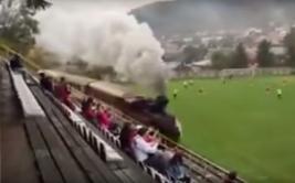 Campo de fútbol es atravesado por tren en pleno partido [VIDEO]