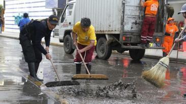 Aniego por atoro en tubería afectó calles de Gamarra [FOTOS]