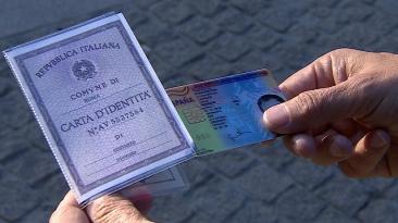 ¿Cuánto pagan los inmigrantes por un pasaporte falso? [VIDEO]