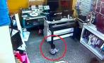 Ladrones armados roban tienda con un bebé en brazos [VIDEO]