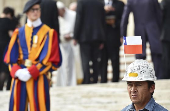 Papa recibe a los 33 mineros que estuvieron atrapados en Chile