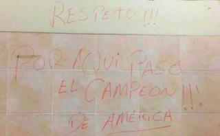 ¿Quién escribió el mensaje en el camarín del Estadio Nacional?