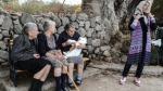 Tres abuelas griegas cuidando a bebé refugiado se vuelve viral - Noticias de hipotermia