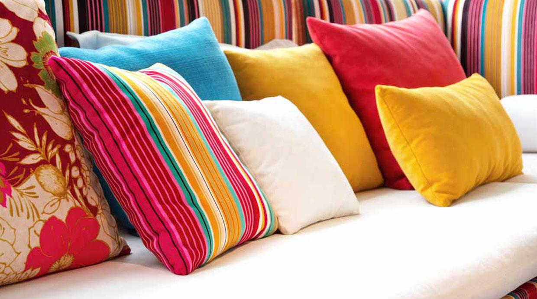 Para que los cojines encuentren armonía dentro de la sala deben tener uno o más tonos en común. (Foto: Shutterstock)