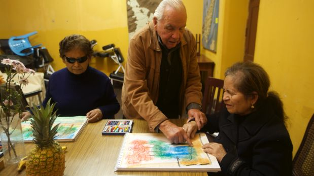 LIMA,OCTUBRE 02 DEL2015LUCESTAller de pintura para ciegos, dictado  el artista Eduardo Moll. Retratos de las artistas pintando obras Juana Melquiades y Amparo Iguiluz (van a exponer en el ICPNA de Miraflores)