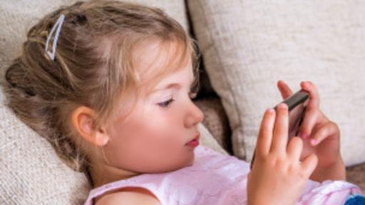 Cada vez se ven más niños pequeños utilizando celulares. (Foto: Thinkstock)