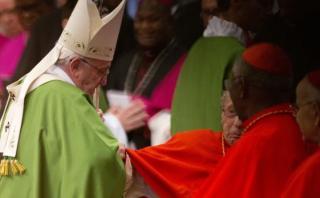 Cardenal se fractura el fémur al saludar al Papa en plena misa