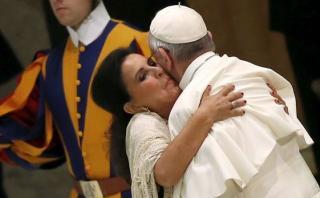 ¿Quién es la mujer que le dio este abrazo tan efusivo al Papa?