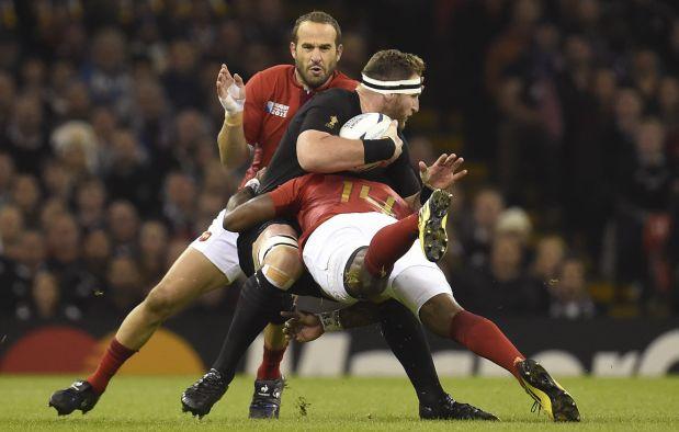 Para que un tackle sea válido debe impactar por debajo de la línea de los hombros. (Reuters)