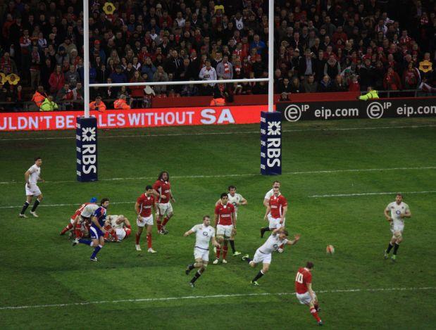 Un drop vale tres puntos en un partido de rugby.