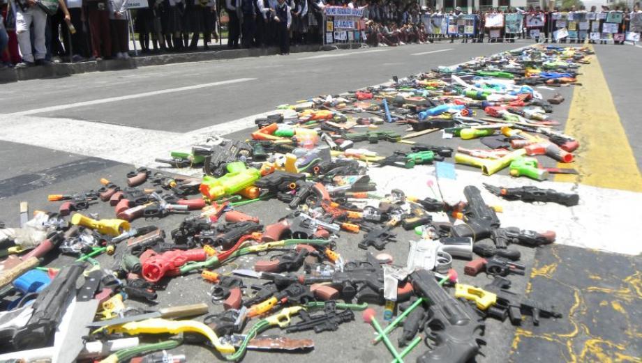 Arequipa: destruyen media tonelada de juguetes bélicos [FOTOS]