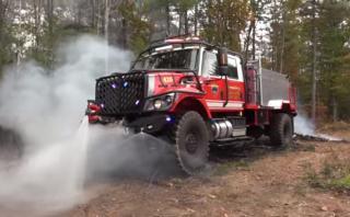 Este camión de bomberos lleva 7.500 litros de agua [VIDEO]