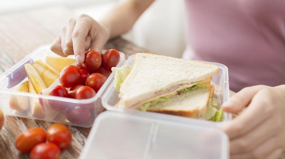 Elabora una lista de preparaciones sencillas que realmente puedas hacer para llevar a la oficina o cenar en casa (Foto: Sutterstock).