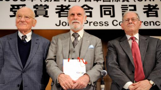 Vint Cerf (centro) y Robert Kahn (derecha), junto al profesor Victor McKusick, de la Johns Hopkins University. (Foto: Getty)