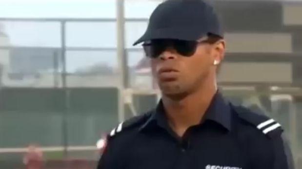 Ronaldinho sorprendió a chicos jugando al fútbol disfrazado de policía