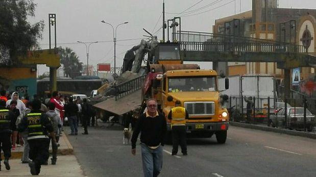 Puente peatonal de la Carretera Central se derrumbó por tráiler que trasladaba maquinaria pesada frente a Municipalidad de Ate. (Foto: Twitter @CarlosGonzaM)