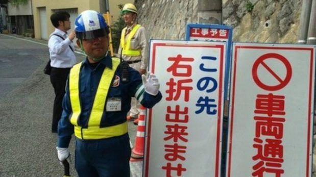 El humano todavía hace la labor que podría desempeñar un semáforo (Foto: BBC)