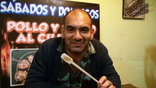Danny Justo, el publicista que lo dejó todo por el anticucho