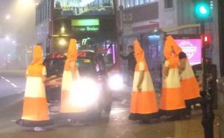 YouTube: Se disfrazan de conos de tráfico y paran el tránsito