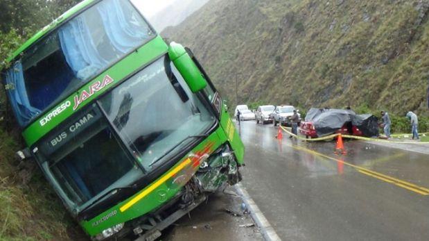 Pasco: choque entre bus y auto dejó un fallecido y 4 heridos