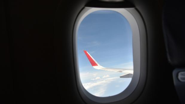 ¿Para qué sirve el pequeño agujero en la ventana del avión?