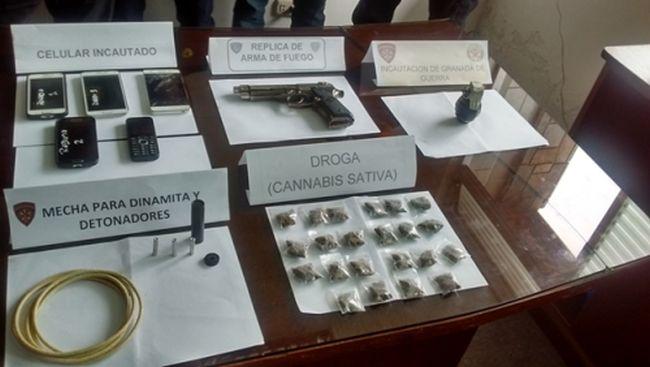 """En su poder se halló una pistola, una granada de guerra tipo piña, tres detonadores, 22 """"pacos"""" de marihuana y 10 """"ketes"""" de PBC. (Difusión/PNP)"""