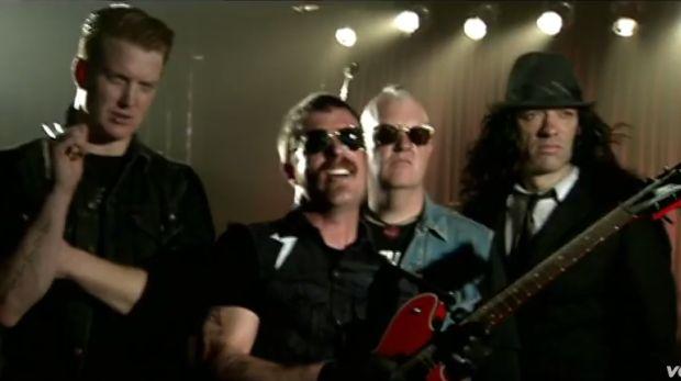 El grupo estadounidense Eagles of Death Metal es una banda de garage rock creada en California que ha colaborado con algunos de los músicos más famosos. (Foto: Captura de pantalla)