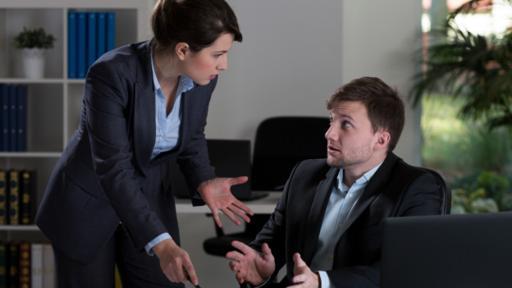 Las mujeres ejecutivas firmes muchas veces son percibidas como