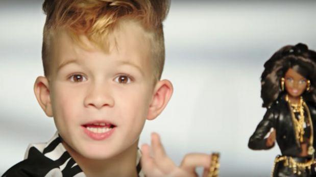 Publicidad de Barbie muestra a niño jugando con muñecas [VIDEO]