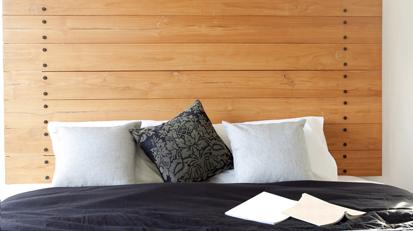 Fija las tablas a la pared con pernos y construye así una cabecera para tu cama (Foto: Shutterstock)