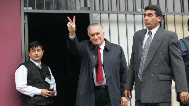 LIMA, 18 DE JUNIO DEL 2004MIEMBROS DE LA ADMINISTRACION DE GENARO DELGADO PARKER (C) RECUPERAN LAS INSTALACIONES DE PANAMERICANA TELEVISION DE MANERA PACIFICA. ADEMAS EFECTIVOS POLICIALES DESALOJAN A MIEMBROS DE LA ADMINISTRACION SCHUTZ QUE SE HABIA ATRINCHERADO EN LAS INSTALACIONES. FOTO: ENRIQUE CUNEO / EL COMERCIO